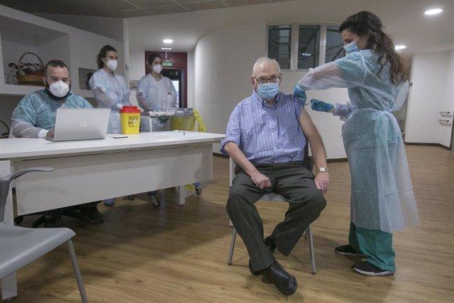 Archivo - Imagen de archivo de Domingo Guzmán Nuevo de Tuya, el cuarto usuario de la residencia en recibir la segunda dosis de la vacuna Pfizer-BioNTech contra el coronavirus en el Centro Polivalente de Recursos Residencia Mixta de Gijón.