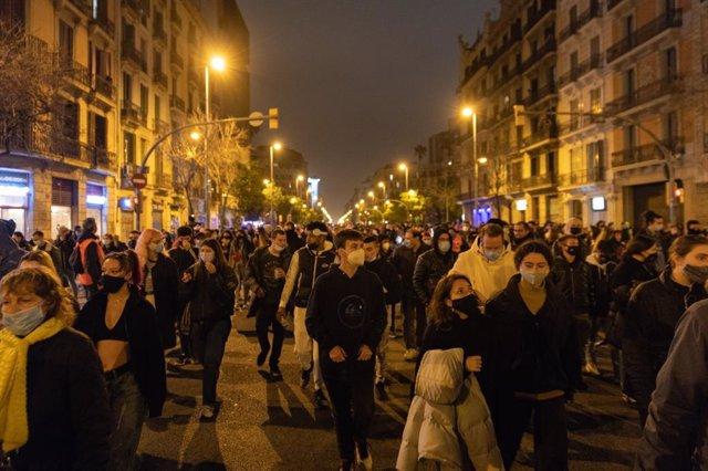 Prop de 500 persones han tallat el carrer Aragó de Barcelona