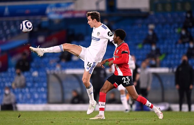 23 February 2021, United Kingdom, Leeds: Leeds United's Diego Llorente (L) and Southampton's Nathan Tella battle for the ball during the English Premier League soccer match between Leeds United and Southampton at Elland Road. Photo: Laurence Griffiths/PA