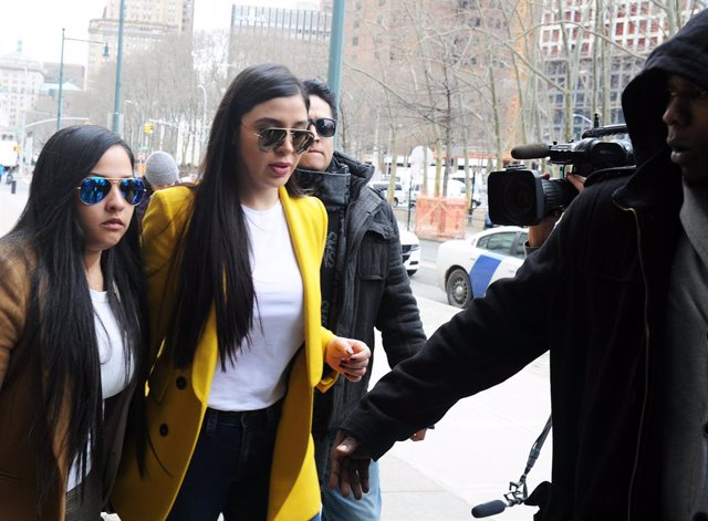 """Archivo - February 11, 2019 New York, NY. Joaquin """"El Chapo"""" Guzman's wife, Emma Coronel Aispuro, arrives in court for week 2 of jury deliberations for the verdict of her husband on drug trafficking charges. ( Photo: Andrea Renault / CONTACTO Images)"""