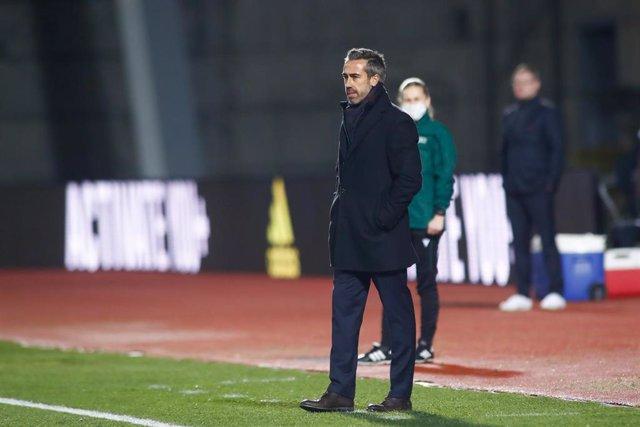 Jorge Vilda sigue desde la zona técnica el partido entre España y Polonia de la fase de clasificación para la Eurocopa de 2022