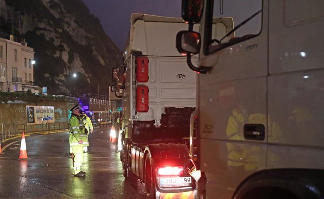 Archivo - 23 December 2020, England, Dover: A police officer speaks to the driver of a truck at the entrance to the Port of Dover in Kent after French authorities announced that journeys from the UK will be allowed to resume after the coronavirus ban was