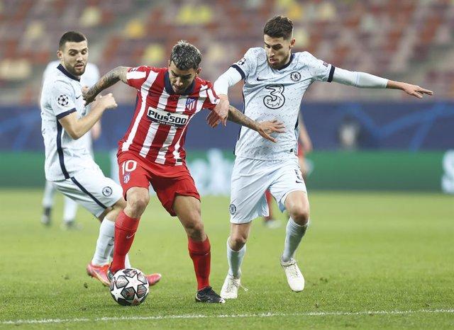 Ángel Correa se hace con el balón en el Atlético-Chelsea de octavos de Champions