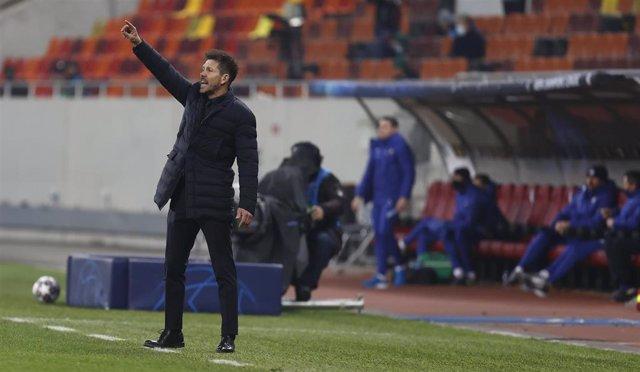 Diego Pablo Simeone da instrucciones durante el Atlético-Chelsea de los octavos de final de la Liga de Campeones 2020-2021