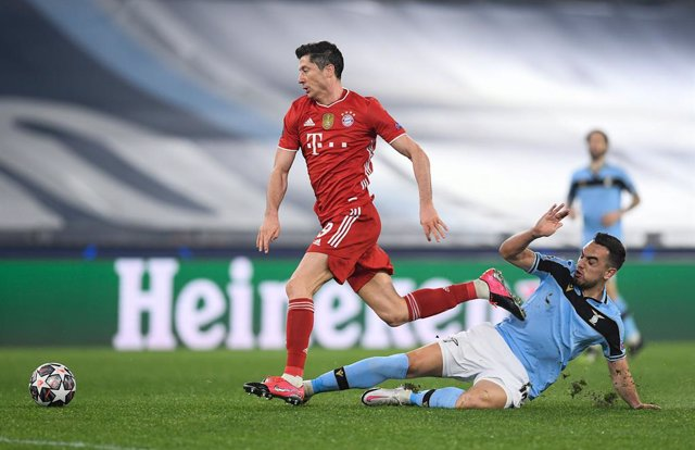 23 February 2021, Italy, Rome: Lazio's Gonzalo Escalante (R) and Munich's Robert Lewandowski battle for the ball during the UEFAChampions League round of 16 first leg soccer match between SS Lazio and FC Bayern Munich at the Olympic Stadium. Photo: Giuse