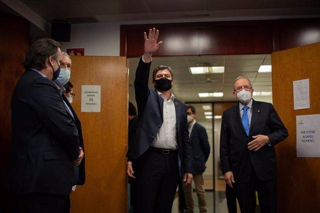 Antoni Cañete, aquest dimecres a la seu de Pimec saludant al seu equip