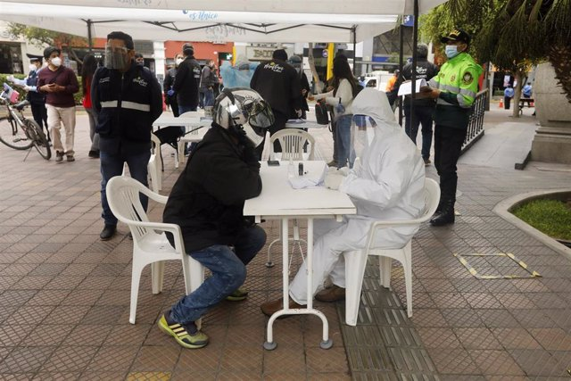 Archivo - Un grupo de profesionales realiza pruebas rápidas de coronavirus en una intalaciones levantadas en un barrio de Lima, Perú.