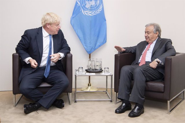 Archivo - HANDOUT - 24 September 2019, US, New York: UN Secretary-General Antonio Guterres (R) speaks with UK Prime Minister Boris Johnson during their meeting on the sidelines of the 74th session of United Nations General Assembly at the UN headquarters.