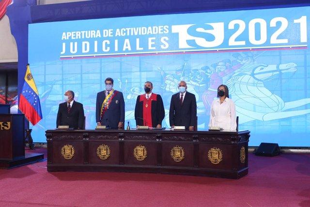 Archivo - HANDOUT - 22 January 2021, Venezuela, Caracas: Venezuelan president Nicolas Maduro (2nd L) and President of the Supreme Court Maikel Moreno attend a ceremony to mark the start of the Supreme Court's new working year. Photo: ---/Prensa Miraflores