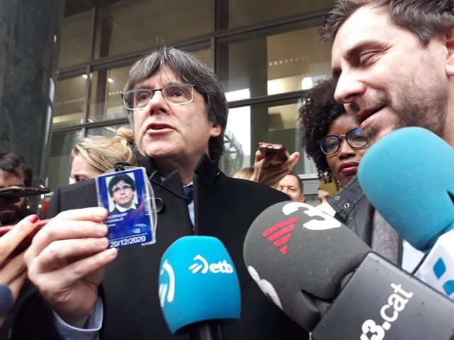 Archivo - L'expresident de la Generalitat Carles Puigdemont mostra la seva acreditació d'eurodiputat al Parlament Europeu