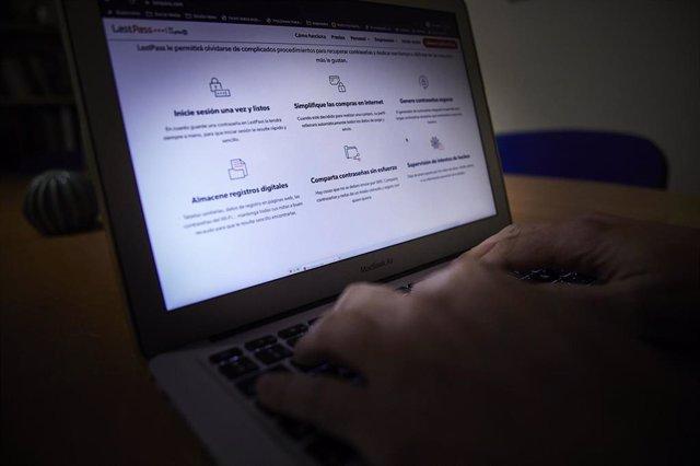 Una persona navega en Internet con un ordenador