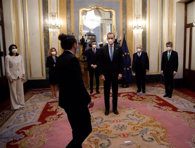 El rey Felipe VI (C) saluda al vicepresidente segundo del Gobierno, Pablo Iglesias (3i).
