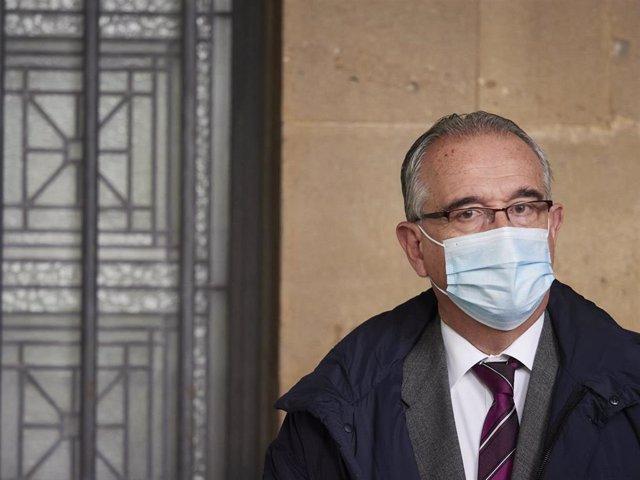 Archivo - El alcalde de Pamplona, Enrique Maya, en una imagen en las calles de la capital navarra este 20 de octubre de 2020.