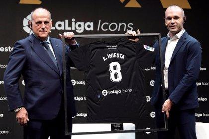 """Iniesta: """"Pedri disfruta y tiene un grandísimo futuro en el Barça"""""""