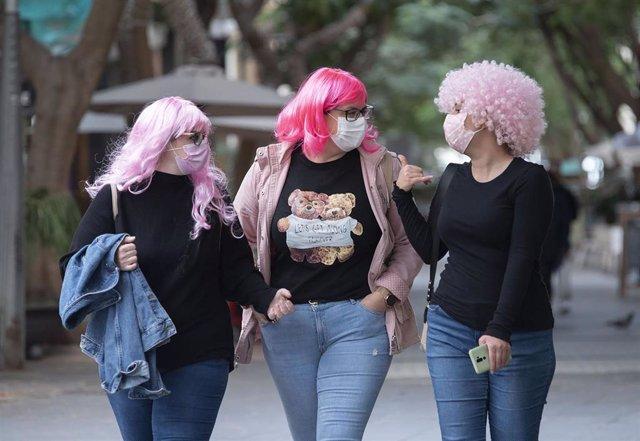 """Varias personas se suman a la iniciativa """"Yo me mando la peluca"""" en Santa Cruz de Tenerife el 12 de febrero de 2021. Al no poder celebrar los Carnavales se ha promovido esta iniciativa por las redes sociales para conmemorar y hacer un guiño al Carnaval de"""