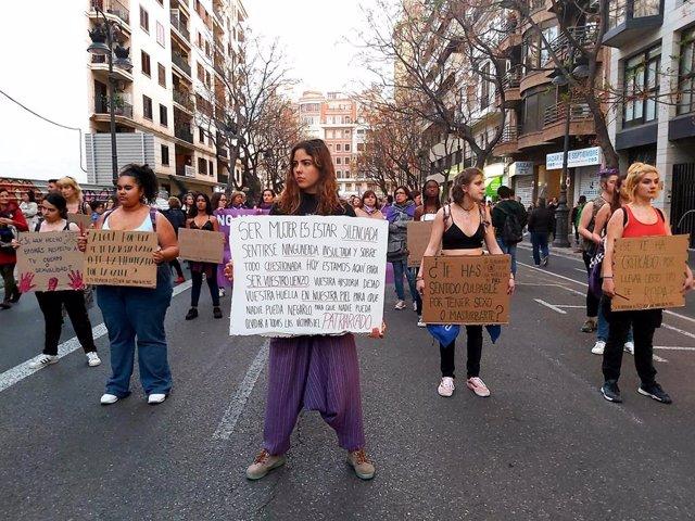 Archivo - Arxiu - Participants en la manfestació del 8-M