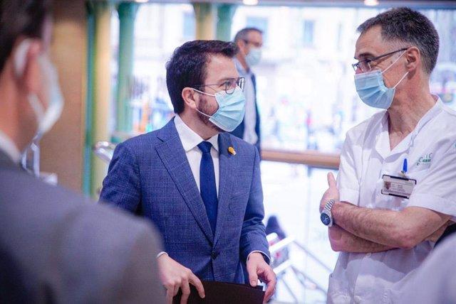 El vicepresident de la Generalitat en funcions, Pere Aragonès, durant la seva visita a l'Hospital Clínic de Barcelona