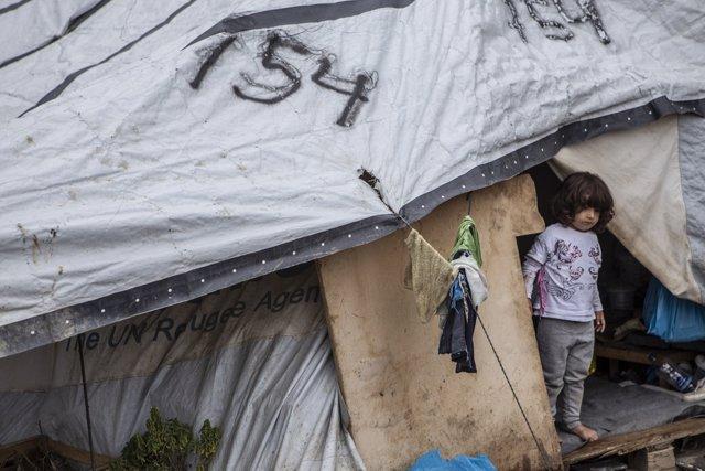 Archivo - Una niña en su tienda en campo de refugiados de Moria, en la isla de Lesbos
