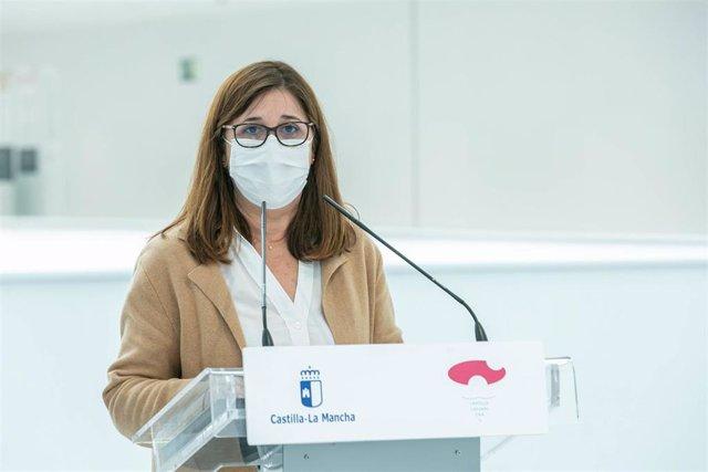 La directora gerente del Sescam, Regina Leal, y el gerente del Complejo Hospitalario de Toledo, Juan Blas, ofrecen en el Hall de entrada del nuevo Hospital de Toledo un balance de la primera fase de traslado a las nuevas instalaciones