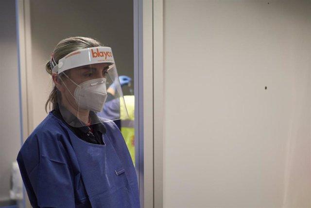 Archivo - Una trabajadora sanitaria, en un centro de Refena donde se ha administrado la vacuna contra la COVID-19 a profesionales sociosanitarios, en Pamplona, Navarra (España), a 29 de diciembre de 2020. Navarra ha comenzado este martes a vacunar frente
