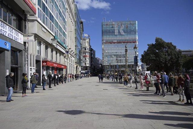 Hosteleros coruñeses se concentran con pancartas en las inmediaciones de la Plaza del Obelisco para reclamar indemnizaciones al sector por la pandemia