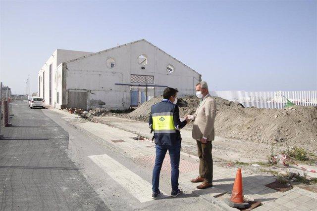 El presidente del Puerto de Motril (Granada) visita con técnicos la zona donde se va a actuar