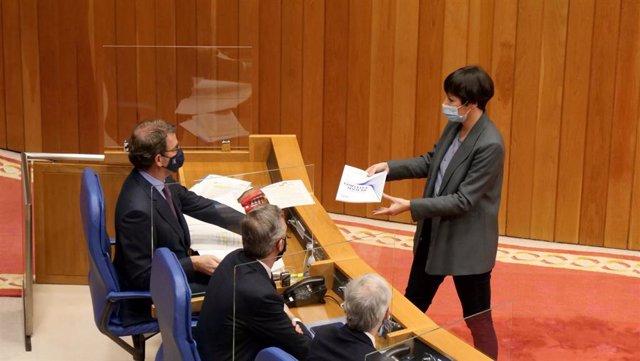 Ana Pontón (BNG) entrega un documento a Feijóo en el Parlamento.