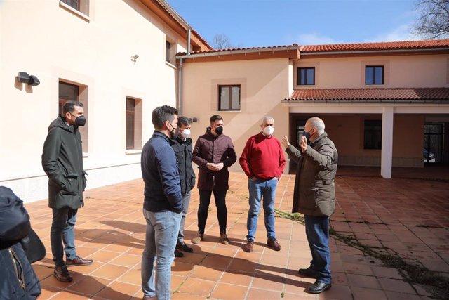 El presidente de la Diputación de Cáceres y varios diputados visitan las obras de la Hospedería La Serrana de Piornal