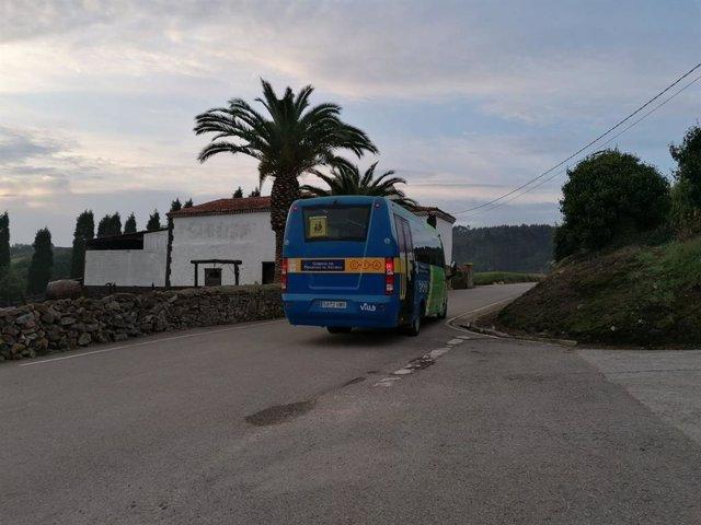Archivo - Transporte escolar en la zona rural del Principado.