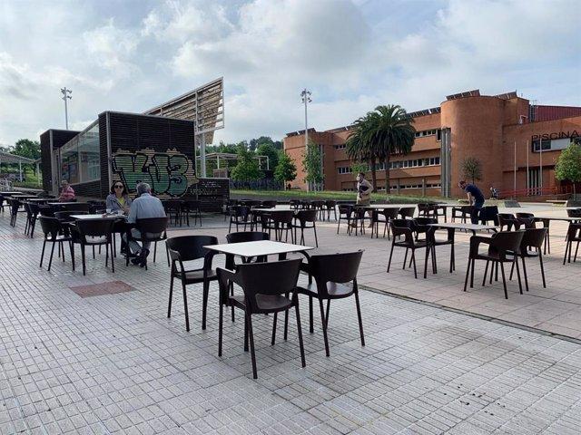 Archivo - Gente en una terraza hostelera de Gijón