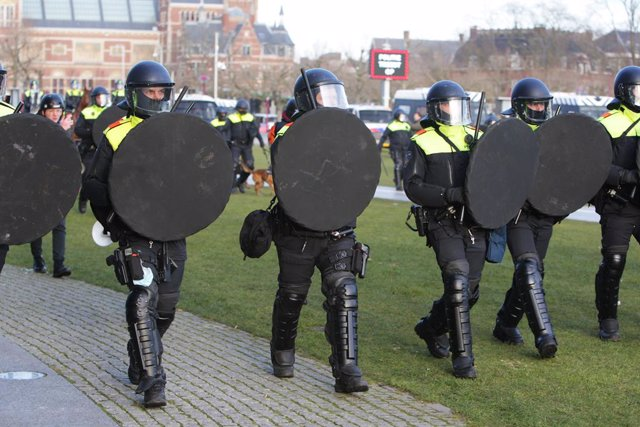 31 January 2021, Netherlands, Amsterdam: Dutch anti-riot police officers advance to evacuate protestors gathering at Amsterdam's Museumplein during a protest against the Coronavirus lockdown. Photo: Paulo Amorim/VW Pics via ZUMA Wire/dpa