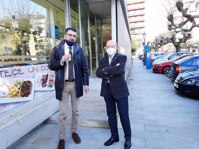 El abogado Evaristo Nogueira (izquierda) toma un café con su cliente, Francisco Fernández Liñares, antes de acudir a la segunda sesión del juicio contra el expresidente de la Confederación Miño-Sil y nueve empresarios
