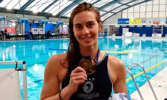 Archivo - La waterpolista española Bea Ortiz posa con una de sus medallas