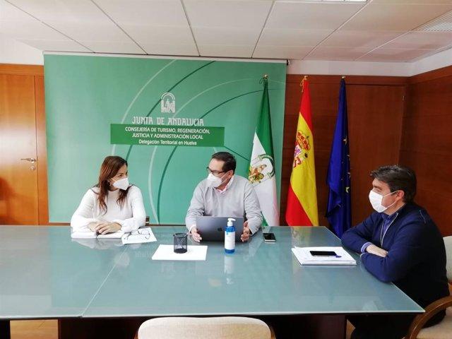 La delegada de Turismo de la Junta en Huelva, María Ángeles Muriel, en una reunión con el sector turístico de Huelva.