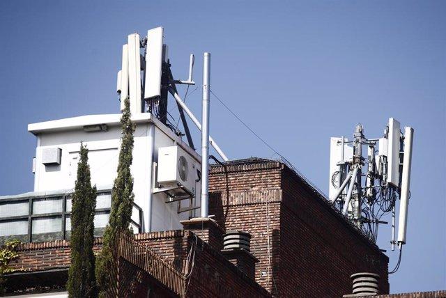 Archivo - Imagen de antenas de telefonía en el tejado de una casa en la ciudad de Madrid.