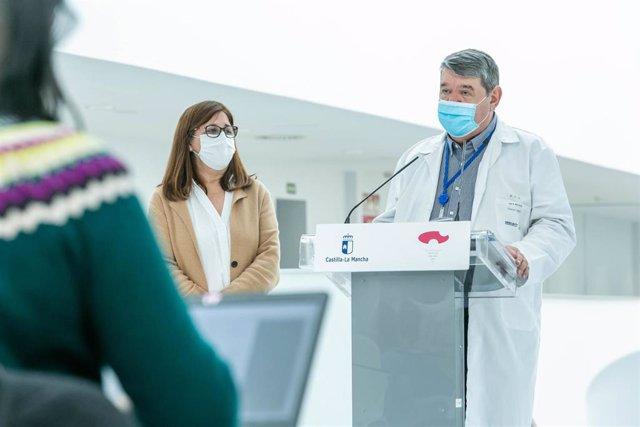 La Directora Gerente del SESCAM, Regina Leal, y el gerente del Complejo Hospitalario de Toledo, Juan Blas, en rueda de prensa en el nuevo hospital.
