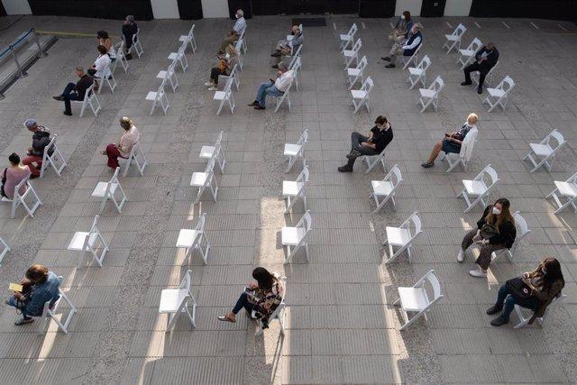 Personas esperando su turno para ser vacunadas contra la COVID-19 en la capital de Chile, Santiago.