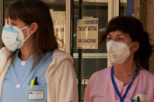 Dos profesionales sanitarias del Osakidetza, en las inmediaciones del Hospital Santiago Apóstol, en Vitoria-Gasteiz, Álava, Euskadi (España), a 24 de febrero de 2021.