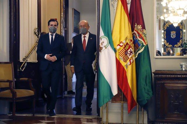 El ministro de Consumo, Alberto Garzón (1i), es recibido por el alcalde, Francisco de la Torre  en el l Ayuntamiento de Málaga a 24 de febrero 2021