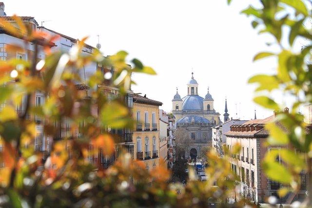 La Catedral de Santa María la Real de la Almudena, vista desde la terraza del bar 'El Viajero', en el barrio de La Latina, en Madrid.