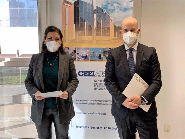 Celia García y Daniel Labeaga tras la firma del convenio entre CEEI y BlochchainAragon.