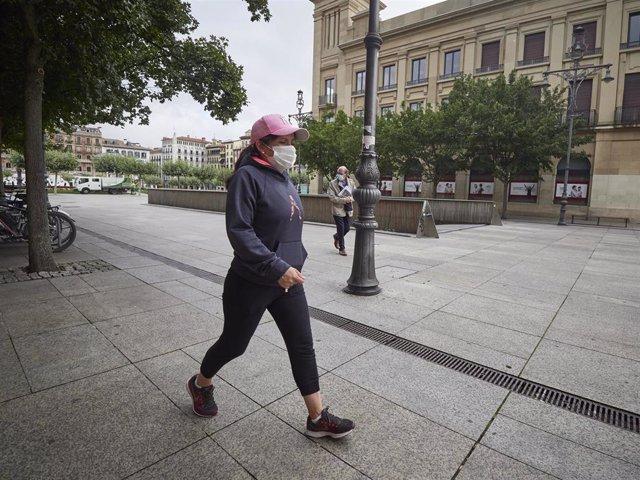 Archivo - Una mujer con mascarilla en una céntrica calle de Pamplona, Navarra (España) a 17 de julio de 2020.