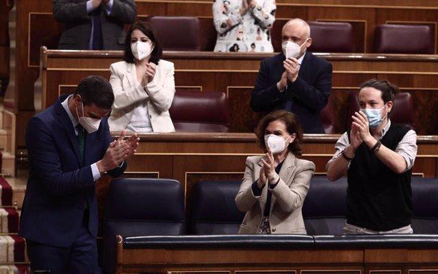 La vicepresidenta Carmen Calvo  junto al presidente del Gobierno, Pablo Iglesias, y el vicepresidente Pablo Iglesias, en el Pleno del Congreso. En Madrid, a 24 de febrero de 2020.