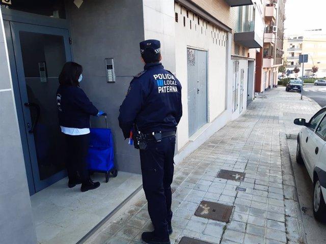 Agente de la Policía Local de Paterna acompañando a entregar la compra a personas mayores durante el confinamiento