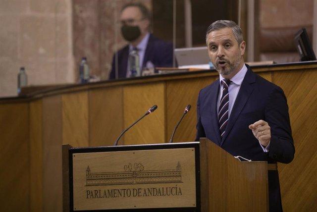 El consejero de Hacienda y Financiación Europea, Juan Bravo, durante su intervención en la primera jornada del Pleno del Parlamento, este miércoles