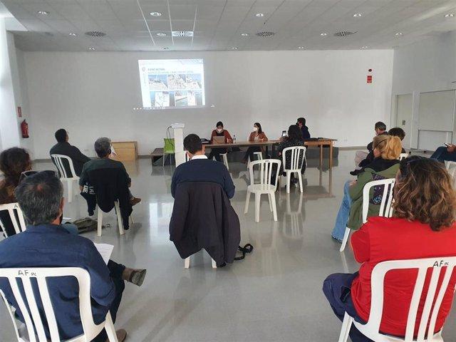 La gerente de Ports IB, Cristina Barahona, y el director general de Transporte aéreo y marítimo, Xavier Ramis, explican en Portocolom el proyecto de reparación del muelle.