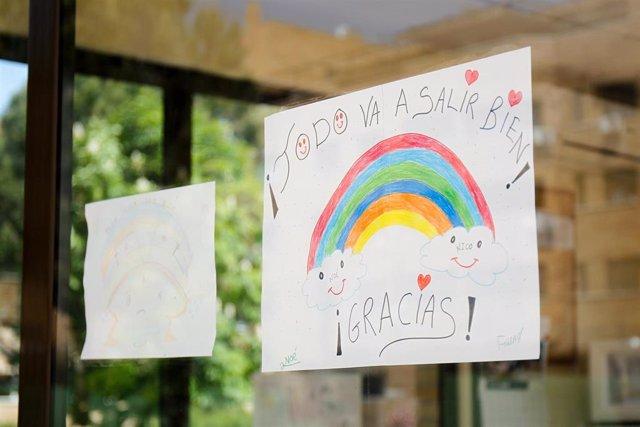 """Archivo - Unos dibujos con el lema """"Todo va a salir bien"""" continúan viéndose en las ventanas durante el primer día en el que se permite la salida de niños en el relajamiento de las medidas de confinamiento marcadas por el Gobierno de España durante el Est"""