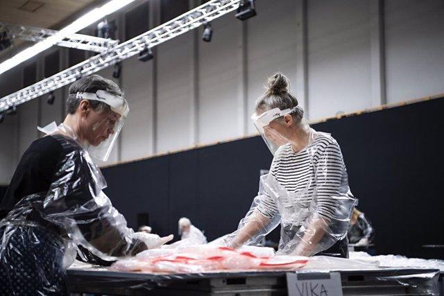 Archivo - Voluntarios fabrican ropa protectora frente al coronavirus en Suecia.