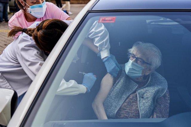 Un centenaria es vacunada en su coche en las inmediaciones del Hospital Santiago Apóstol, en Vitoria-Gasteiz, Álava, Euskadi (España), a 24 de febrero de 2021.