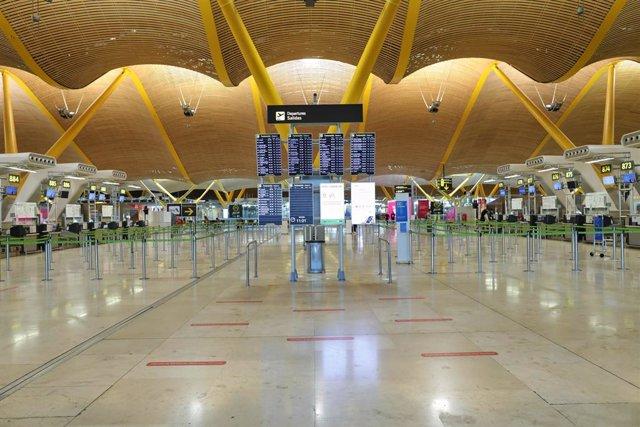 Archivo - Ambiente en la T4 del Aeropuerto de Adolfo Suárez Madrid-Barajas.